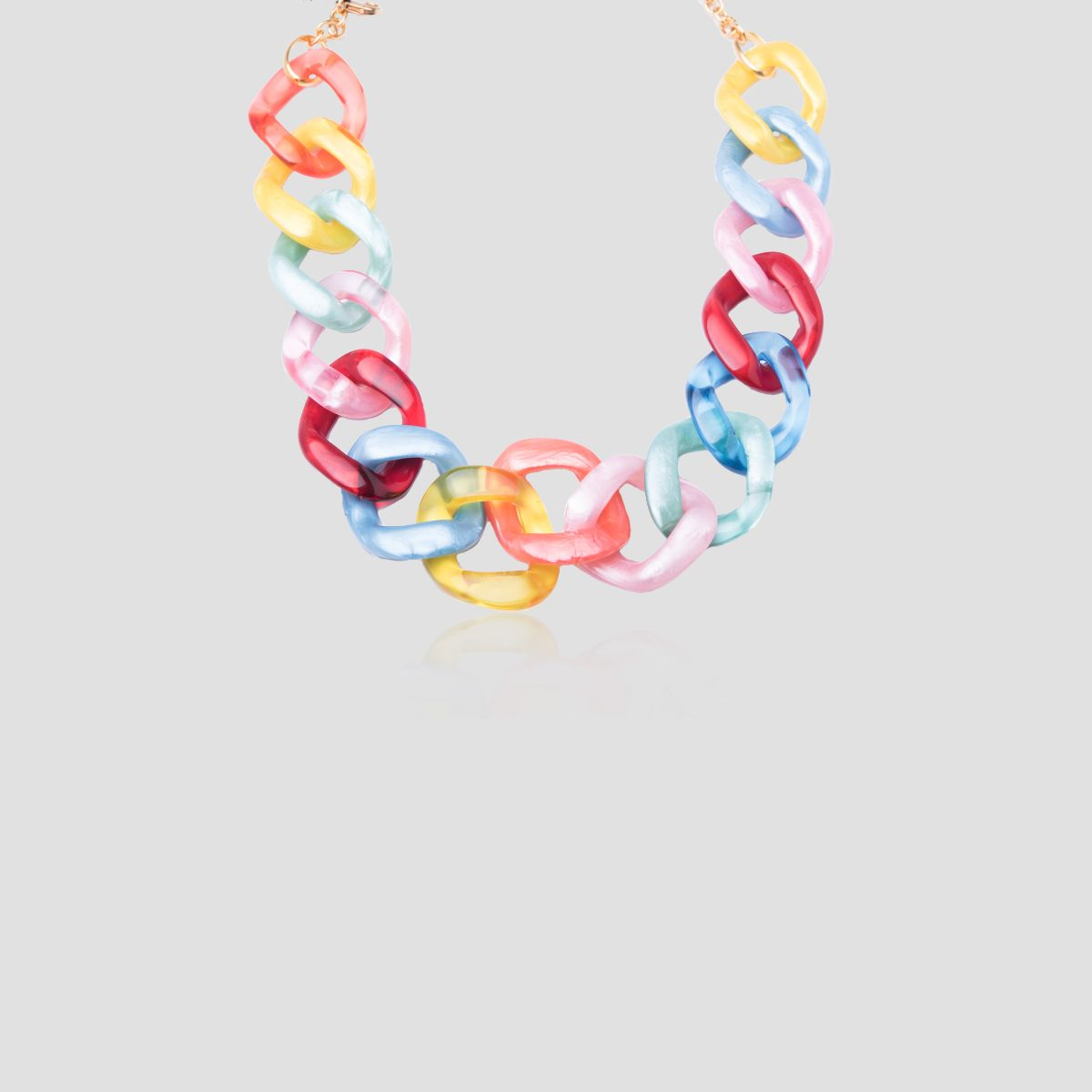 Noemí collar corto de ligera resina multicolor nacarada en forma de cadena de eslabones multicolor