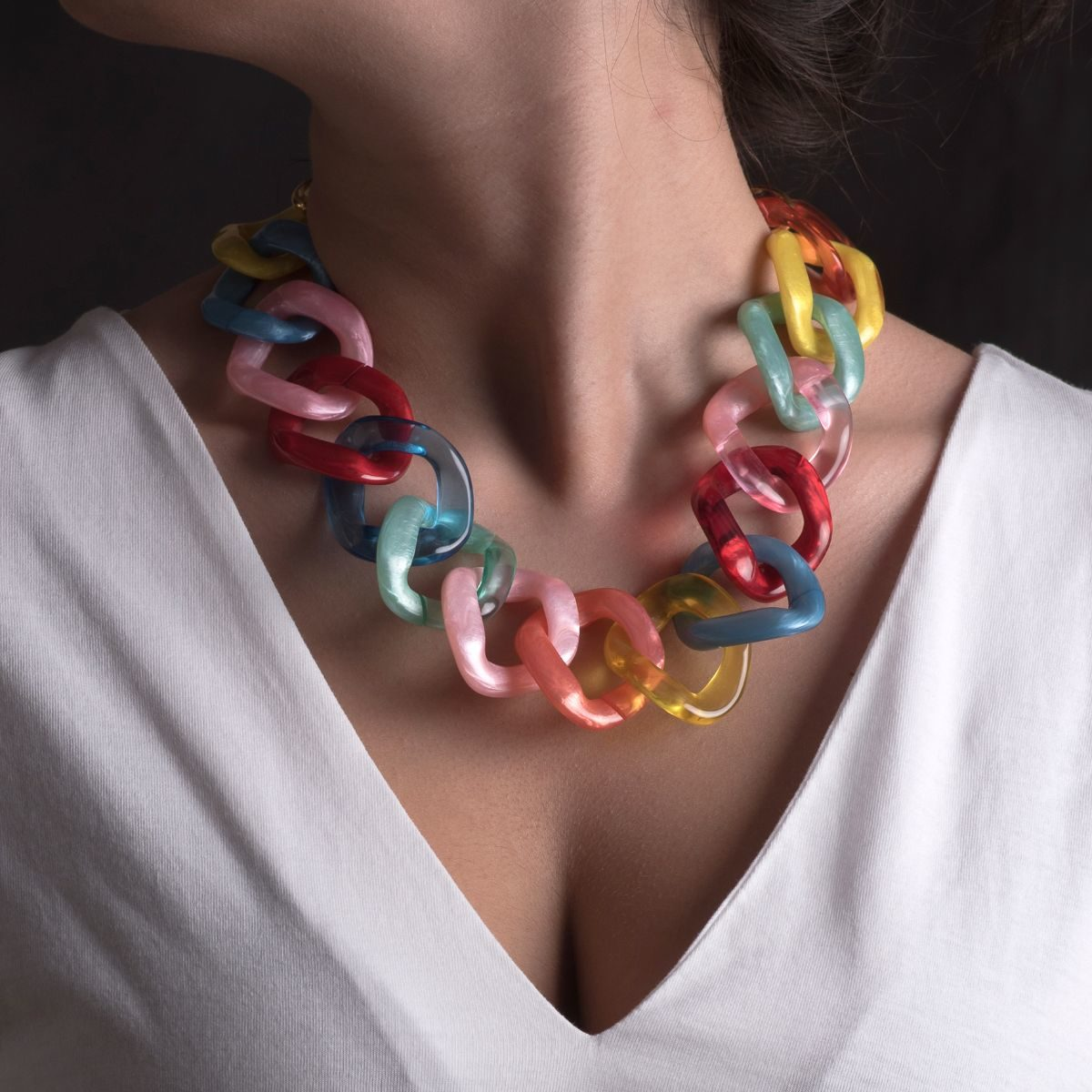Naomi short necklace in light pearlescent multicolored resin in the shape of a multicolored link chain