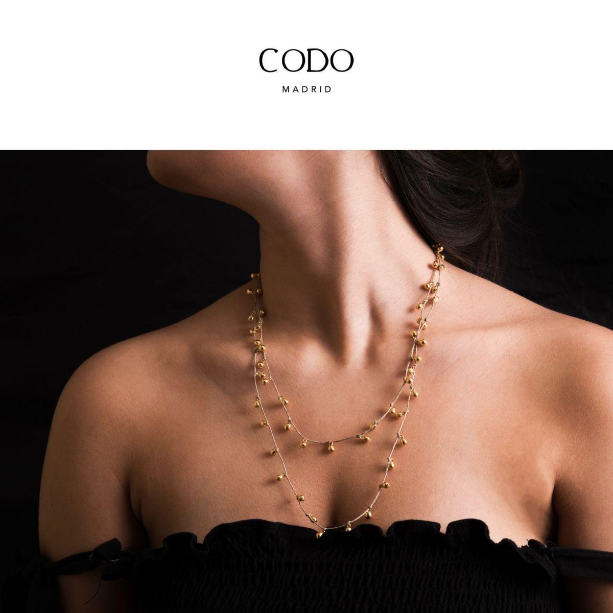 Retama collar largo de lino beig con pequeñas piezas metálicas bañadas en oro
