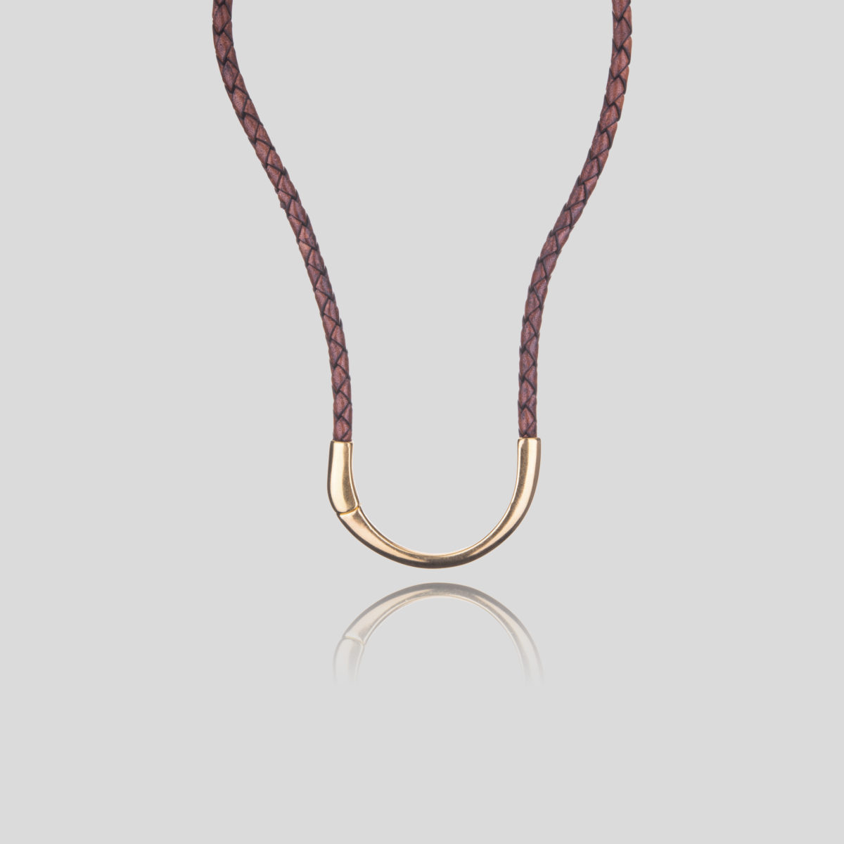 Rande short necklace with brown braided leather and front magnetic closure forming a golden semicircle
