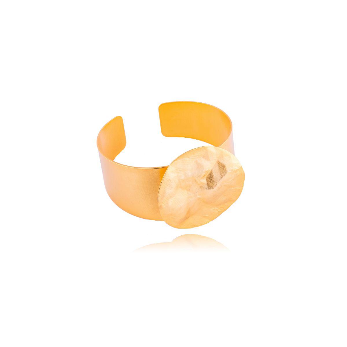 Aurora brazalete dorado ajustable con pieza redonda trabajada manualmente en el frontal
