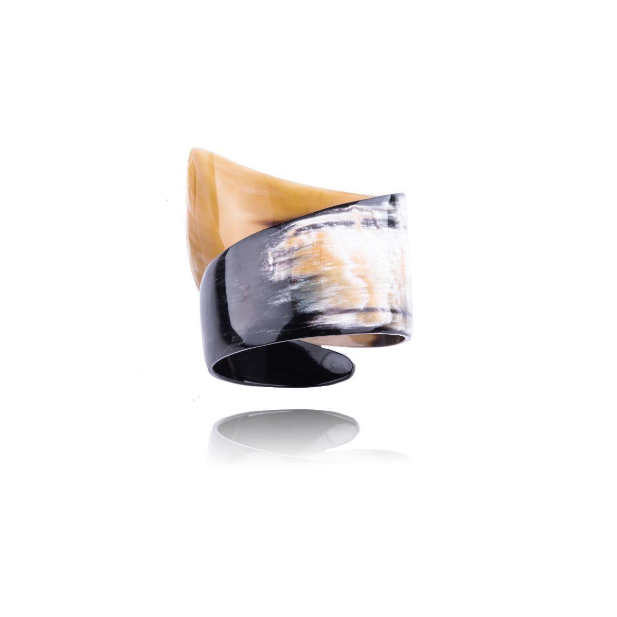 Nefertiti brazalete de asta natural en forma de tirabuzón. Cada pieza tiene unos matices diferentes del negro al blanco, pasando por tonos tierra