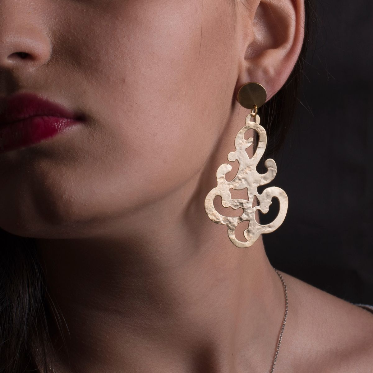 Baroque long metallic earring with gold finish in an original filigree shape with hypoallergenic snap closure