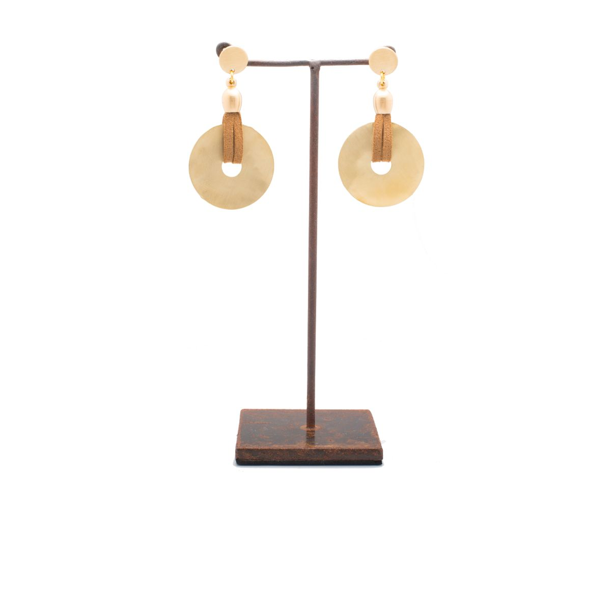 Ocaso earring with snap closure with gold saucer piece and brown suede