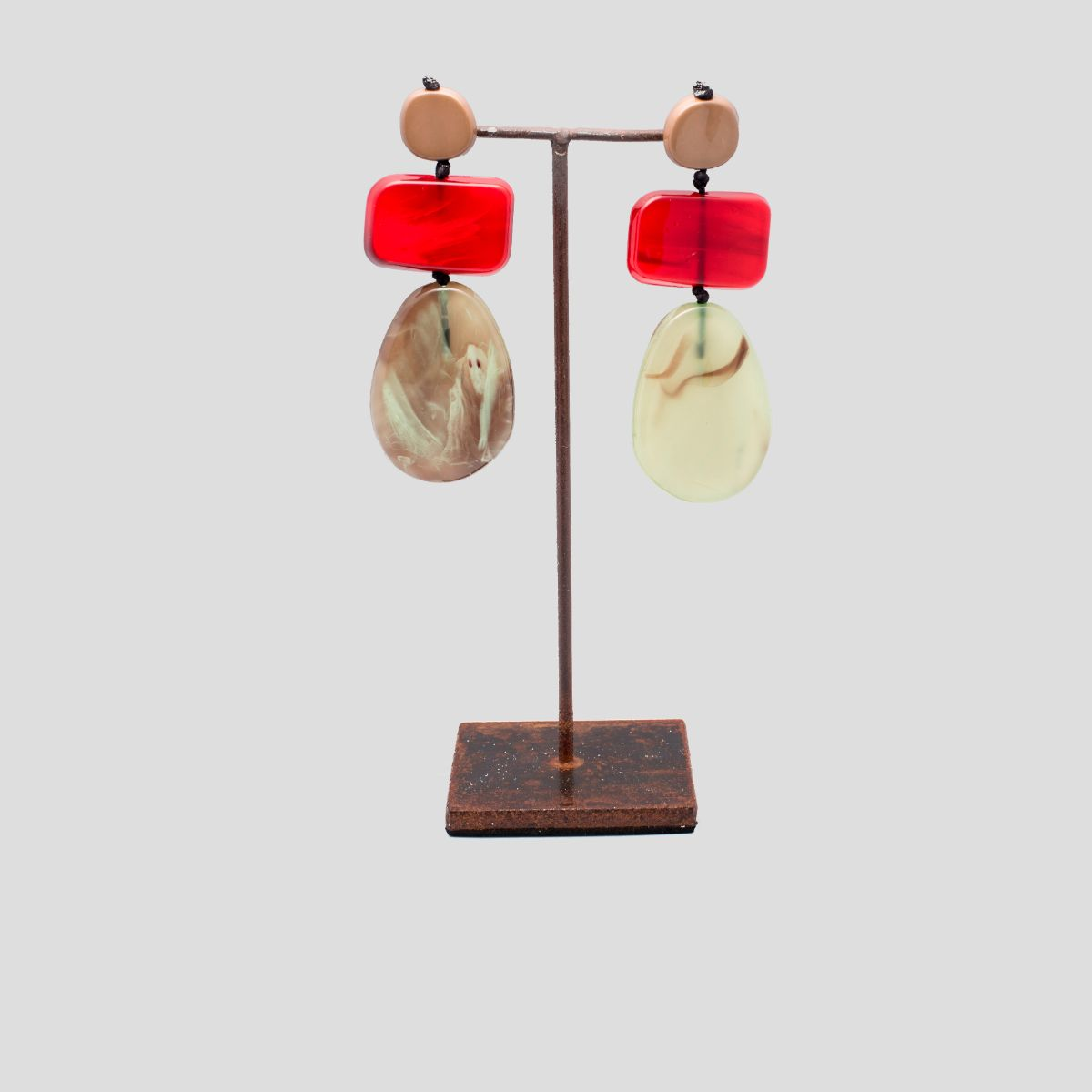Gardenia long earring with three pieces of resin in green and red colors. snap closure