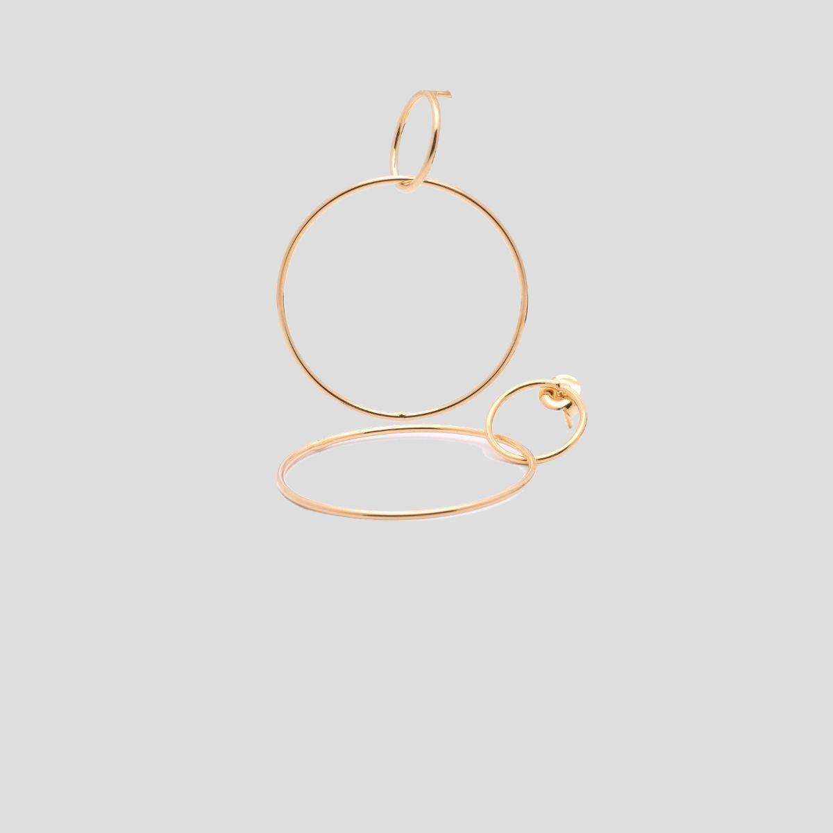 Jasmine metallic earring formed by two thin circles, the small one is the snap closure and the large one hangs