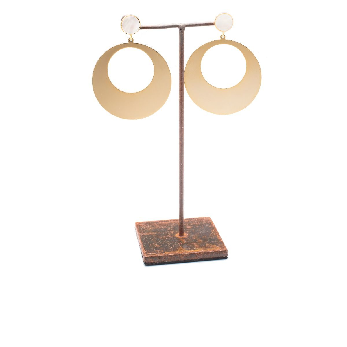 Erinias Earring with a circular piece of steel and gold plated. Mother-of-pearl piece in the snap closure.