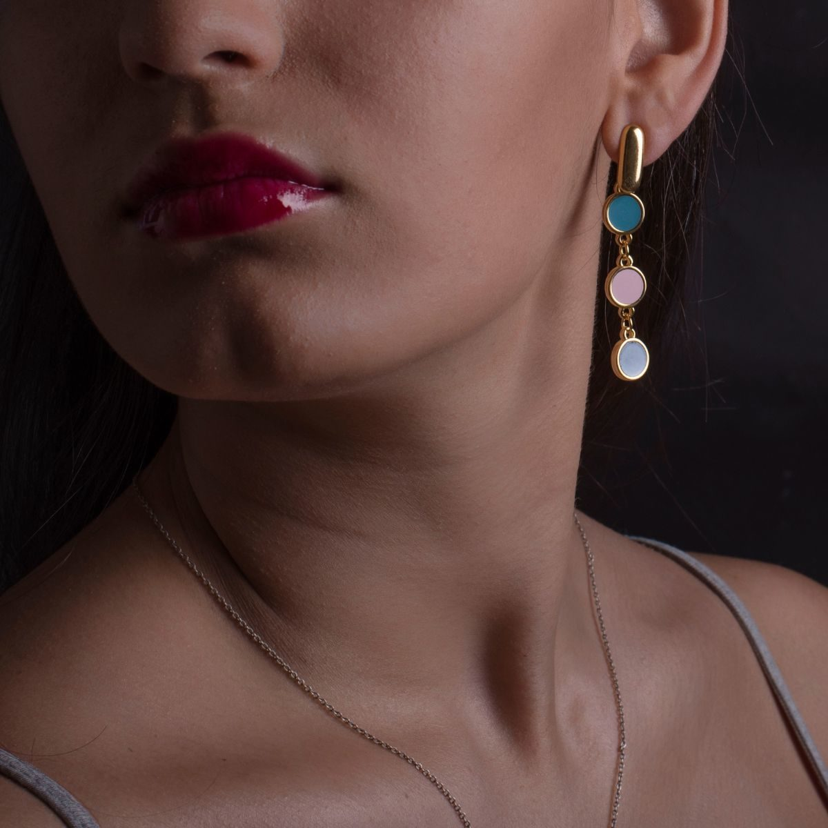 A Coruña long earring with three round pieces finished in gold and lacquered in different colors