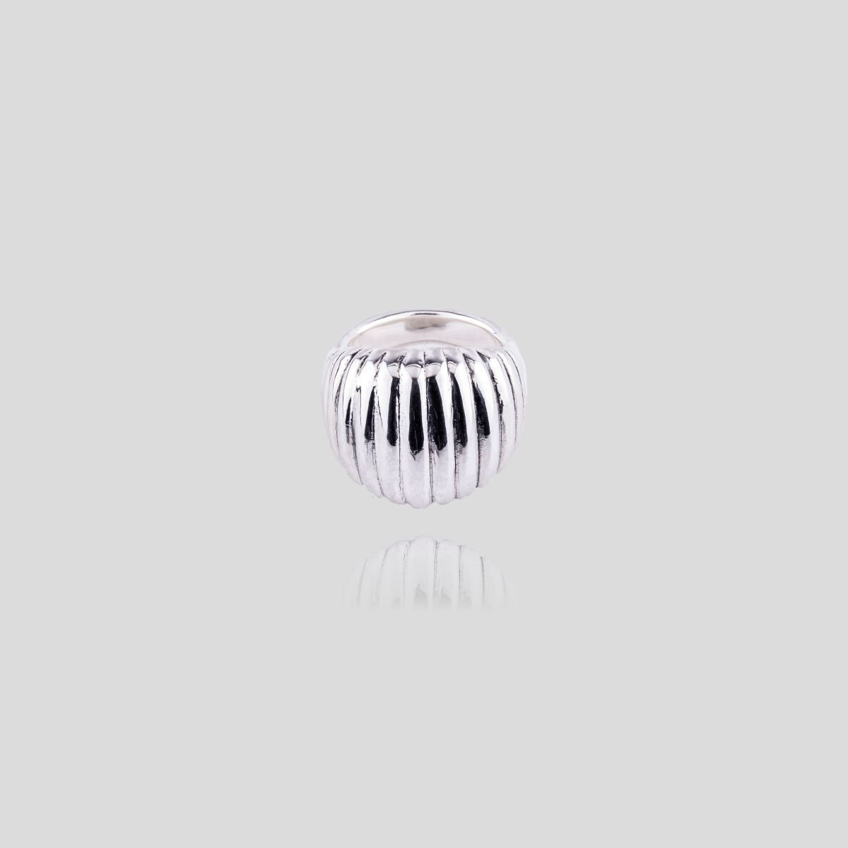 Aquario ring in wide, curved sterling silver with vertical lines